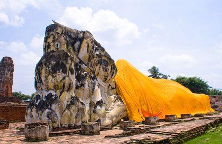 toog: Boeddha afgebeeld met gouden soutane in thailand Stockfoto