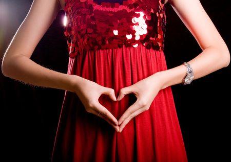 新鮮な赤いスカートにスリムな指のジェスチャー
