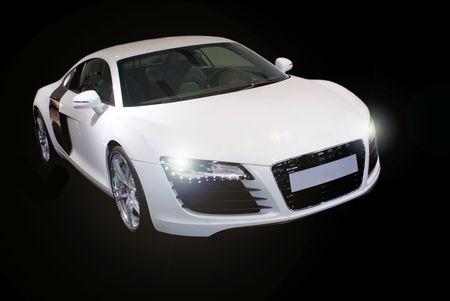 黒の背景上に分離されて高級スポーツ車