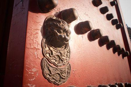 ゴールデン ライオンと BUTTIONS 紫禁城の赤いドア 写真素材