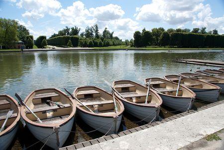 水の反射とパリ王立公園の古典的な噴水 写真素材