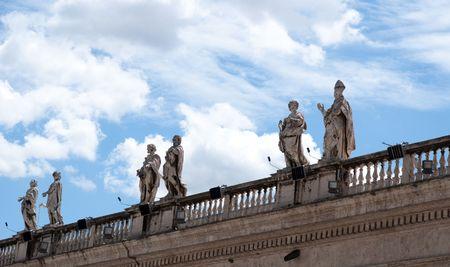 cat�licismo: Escultura religiosa de catolicismo en techo contra el cielo azul