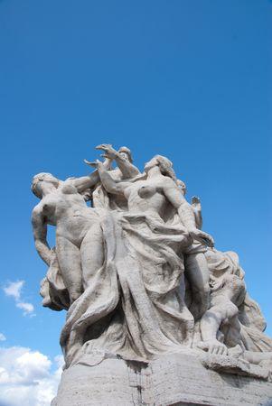 cat�licismo: Escultura religiosa cat�lica en el techo contra el cielo azul