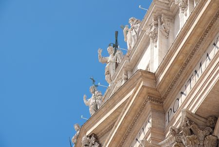 cat�licismo: Escultura religiosa cat�lica en contra del techo cielo azul
