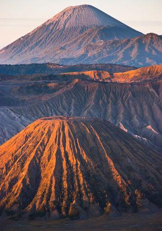 活発な火山ガス噴出と驚くべき日の出をブロモ山