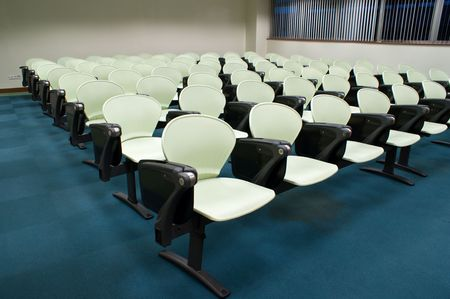 モダンなライト グリーンの座席配置の大学講義室