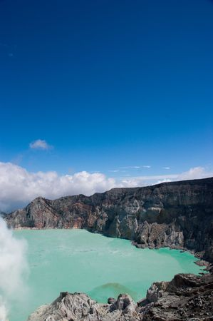 intestinos: Lago azul lechoso en geogr�fica volc�n activo asi�tica