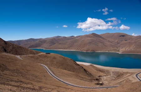Blue lake with surrounding mountains in great tibet area Stock Photo - 7454736