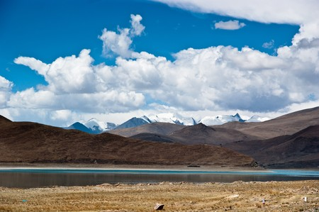 Blue lake with surrounding mountains in great tibet area Stock Photo - 8106935