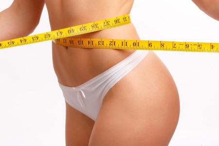 cintura perfecta: mujeres perfectas cuerpo de medición de la cintura. Aislamiento en blanco