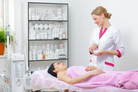 Esteticista mujer joven que está haciendo el procedimiento de limpieza en el salón de belleza. Cuidado de la piel de la cara. Procedimiento de limpieza. Cosmetología. Foto de archivo - 54862590