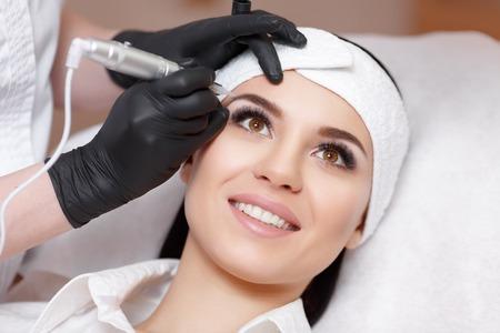 Permanente make-up. Permanente tatoeëren van wenkbrauwen. Schoonheidsspecialist het aanbrengen van permanente make-up op eyebrows- wenkbrauw tattoo