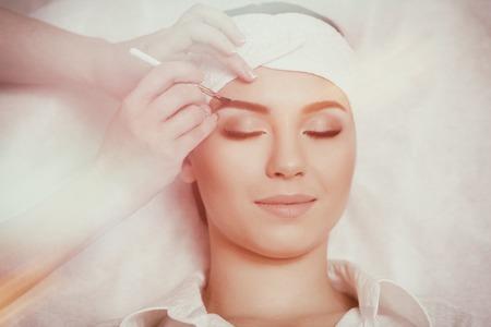 Permanent make-up wizard makes eyebrow correction procedure