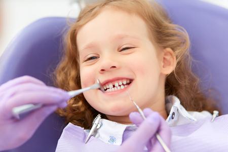 Niña sonriente en el dentista Foto de archivo