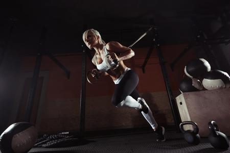 체육관에서 TRX에 휘트니스 여자 운동 스톡 콘텐츠