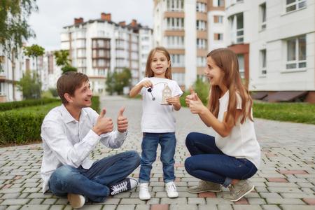 Gelukkige familie voor nieuw flatgebouw