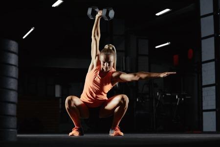 Kobieta ćwiczenia crossfit lekkoatletka