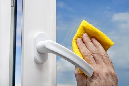 huis opruimen: wassen van ramen Stockfoto