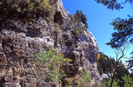 Cliffs on Sandia Peak.The trail winds from the summit down to the Tram on a series of narrow ledges. Banco de Imagens