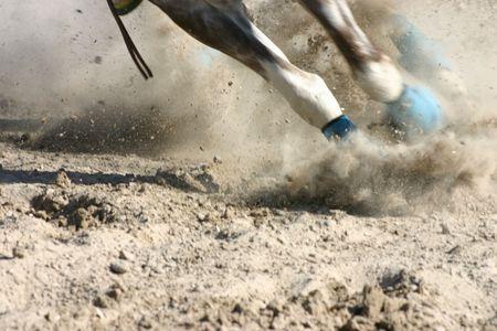 경주하는 동안 발과 다리를 말라.