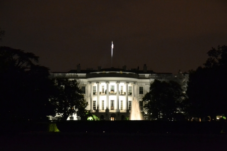 the White House at midnight Imagens
