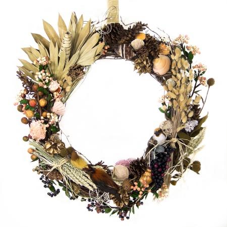 flores secas: Un natural ramita corona est� decorada con hierbas, granos, hojas, rafia, pi�as, bayas, vainas de semillas, hierbas, flores secas, sauces, conchas de vida marina y las aves con plumas suavemente