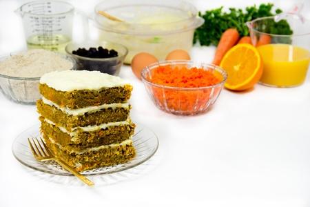 Recept componenten rondom een afgewerkt vier lagen stukje carrot cake