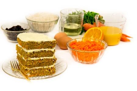 Recepteningrediënten omringen een stukje carrot cake