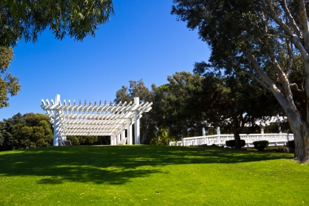 マリーナ ・ デル ・ レイ、カリフォルニアのチェイス公園で丘の上に座っている怪しげな木造構造