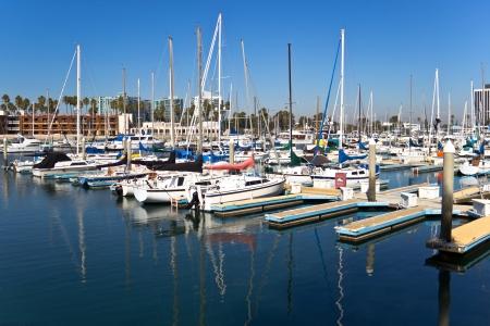 요트와 돛대는 마리나 델 레이, 캘리포니아에서 물에 반영됩니다.