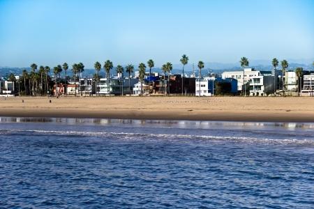 야자수 베니스 비치, 캘리포니아, 해안선에 건물 나란히 서.