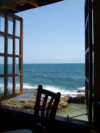 fenetres: Vue sur la mer depuis la fen�tre Banque d'images