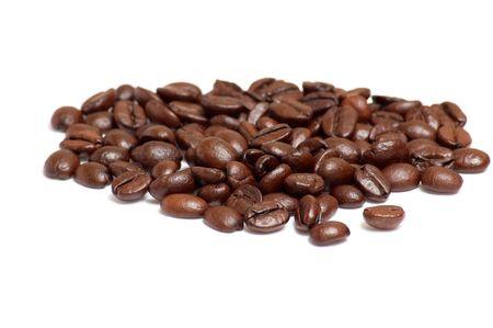 Ar�me de caf� en grains isol�s sur un fond blanc.