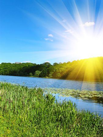 Belle petite rivi�re et de la splendide lever du soleil. Banque d'images