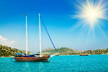 soleil rigolo:  Soleil baie et amusant en mer M�diterran�e avec yachts dans le Kekova. Turquie Banque d'images