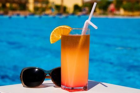 Lunettes et savoureux cocktail avec citron � la station africaine, piscine.