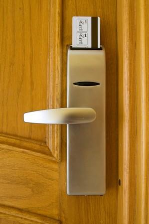 tecla enter: Puerta de madera con tarjeta de la seguridad en el complejo hotelero en pa�s ex�tico  Foto de archivo
