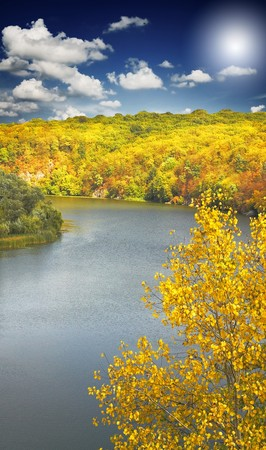 Incroyable automne coucher de soleil au-dessus de la rivi�re, de for�ts et de montagnes.  Banque d'images