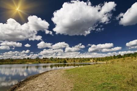 begining: Lago, prato e blu cielo in autunno nautica-barca.
