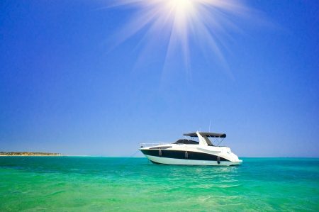 Prachtige speedboot in turkoois Rode Zee