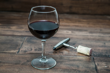 bebiendo vino: copa de vino con un sacacorchos