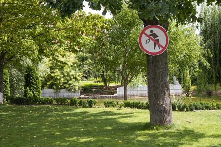 no littering sign in the park
