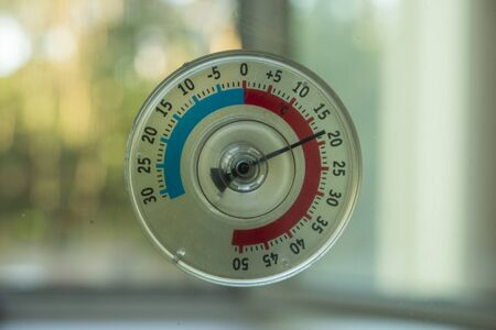 a thermometer of temperature outside the window that hangs on the window in the house 版權商用圖片