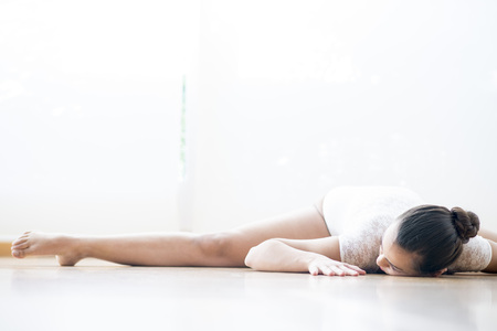 vivo: Beautiful girl doing  ballet and yoga in a white scenary Stock Photo