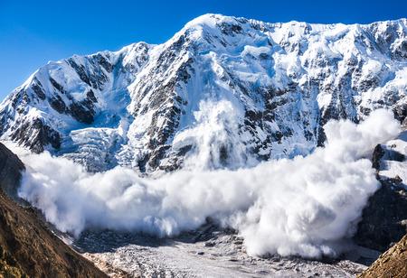 peligro: avalancha de monta�a Shjara, Rusia, el C�ucaso Foto de archivo