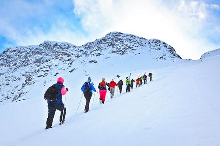 regione di Murmansk, Russia - 8 Aprile 2013: gruppo di turisti arrampicata al valico durante la loro escursione sciistica nelle splendide ma aspre montagne dell'Artico, Hibiny