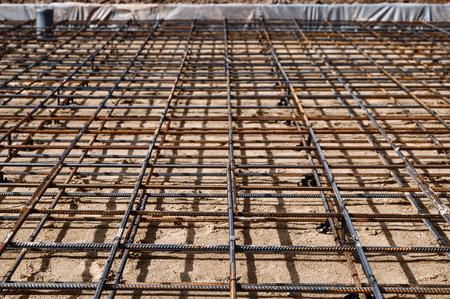 Cimentación reforzada para vertido de hormigón en la construcción de una casa en un terreno.