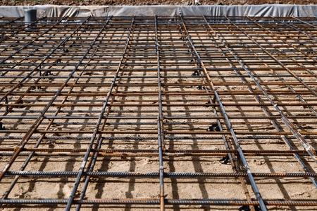 Bewehrtes Fundament zum Gießen von Beton beim Bau eines Hauses auf einem Grundstück Standard-Bild