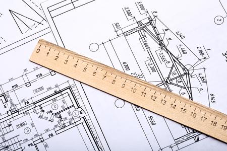 建築家の職場。建築デザイン、スケッチ、ドローイングペーパー、木製ルーラークローズアップ 写真素材