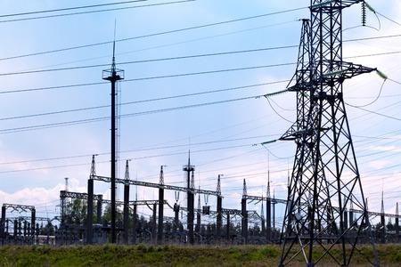 Lignes de transmission haute tension et sous-stations électriques avec ciel bleu et forêt Banque d'images